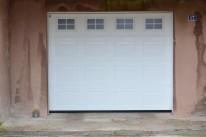Porte de garage sectionnelle à cassette et hublot